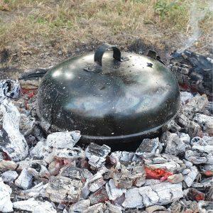 Tradičné miesto pre prípravu jedla v UFO disku na pečenie je popol, alebo dohasínajúca pahreba. Najjednoduchšie sa ohnisko pre pahrebu pripravuje vykopaním menšej jamy, do ktorej sa umiestni tvrdé a suché drevo