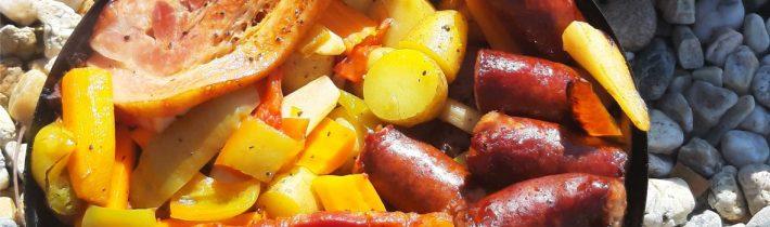Marinovaná krkovička s klobásou a zeleninou