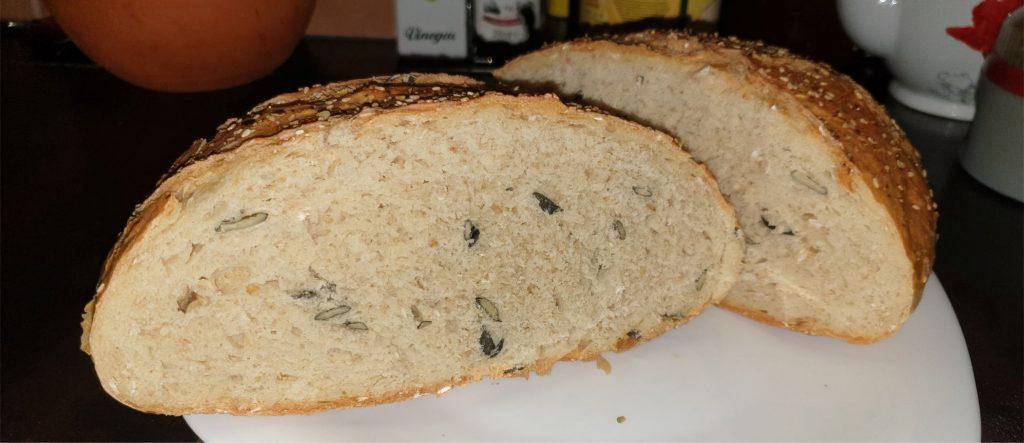 Ovsený chlieb s tekvicovými semienkami pripravili v UFO disku a musím uznať, že sa podaril lepšie ako na klasickom pekáči.
